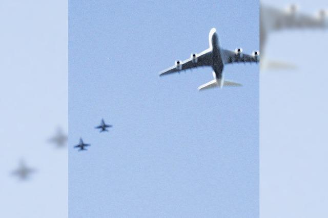 A 380 mit drei Kampfjets
