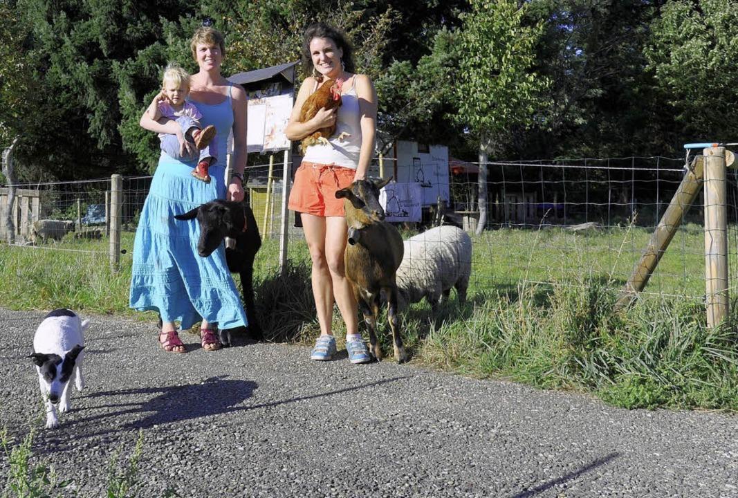 Cora Geigenbauer (links, mit Tochter P...eigenbauer mit ihren Bauernhoftieren.   | Foto: schneider