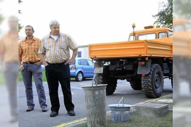 Kran trägt des Kanalarbeiters Last