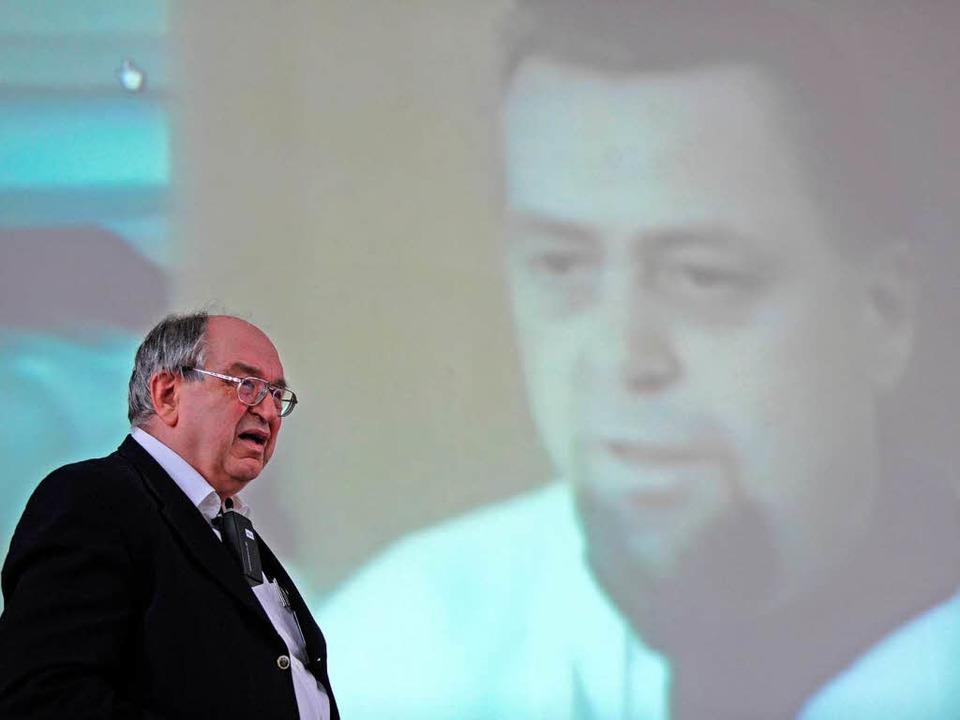 Werner Franke (links) erläutert eine TV-Aufnahme Armin Klümpers.