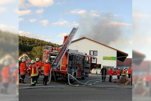 Feuerwehr kämpft gegen Flammen im ZG-Markt