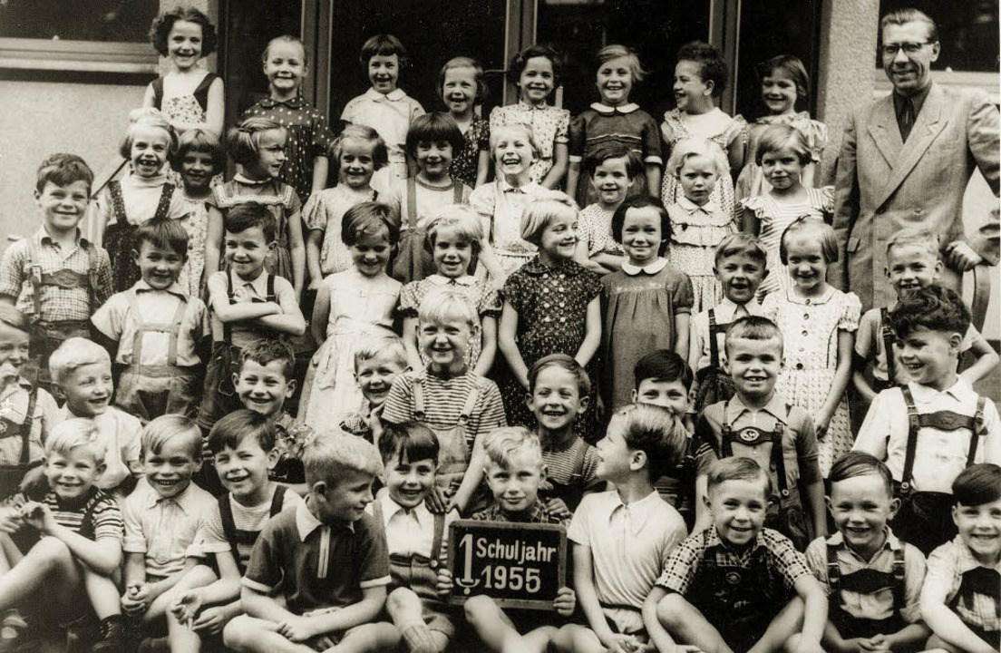 Eva Raab (vorletzte Reihe, drittes Kin...t ihren Klassenkameraden 1955 in Köln.  | Foto: privat
