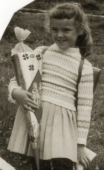 Karin Modlich mit ihrer Schultüte im Jahr 1961   | Foto: privat