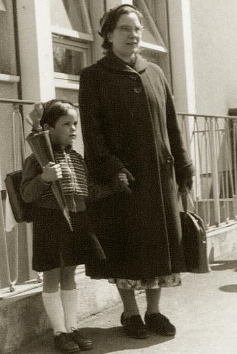 Eva Raab mit Mutter und Schultüte  | Foto: privat