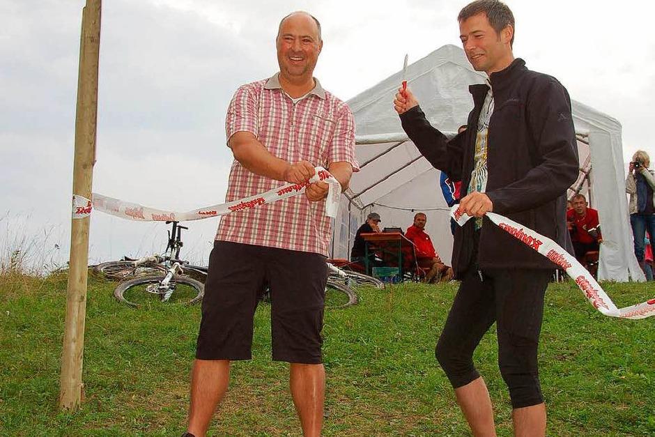 Bürgermeister Christian Mauch und Wolfgang Dornfeld durchschnitten das Band und gaben die Strecke frei. (Foto: Juliane Kühnemund)