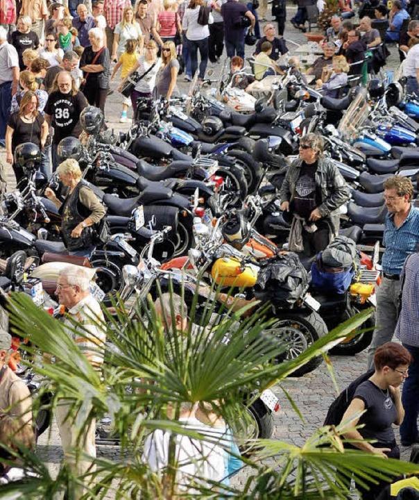 Viel bestaunt: Motorräder auf dem Münsterplatz   | Foto: Hildegard Siebold