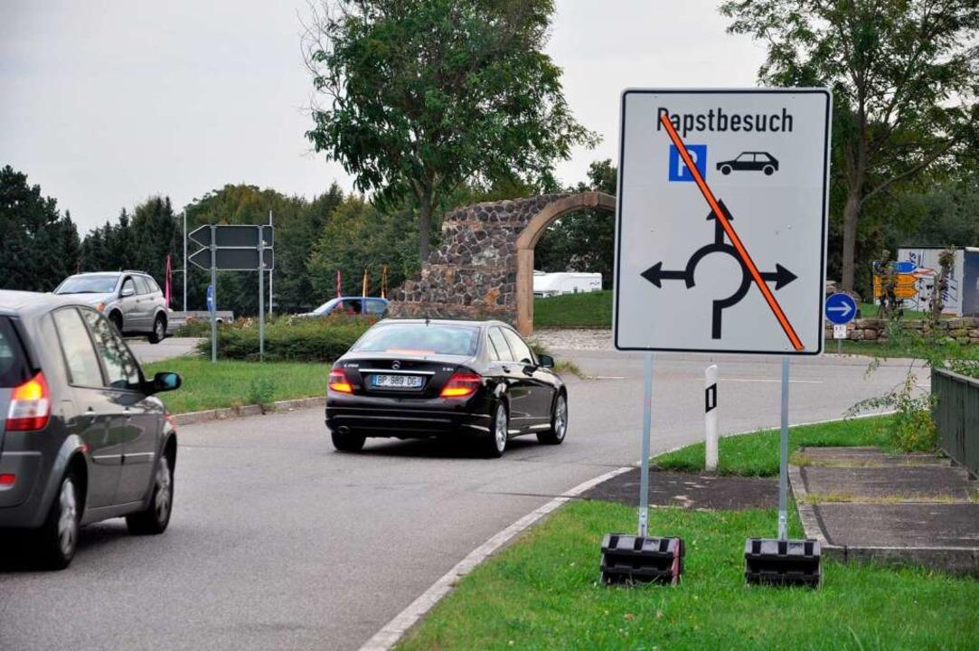 Pilger, die mit dem Auto zur Papstmess...aus Shuttlebusse nach Freiburg fahren.  | Foto: Kai Kricheldorff