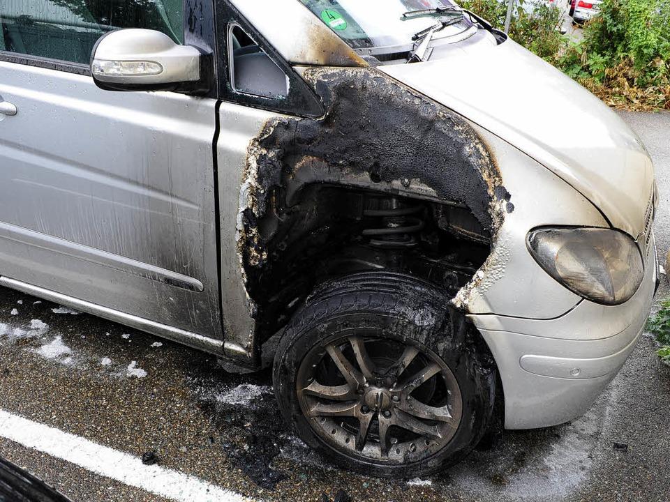 Der Schaden geht in die Tausende: Der in Brand gesetzte Mercedes.  | Foto: Thomas Kunz