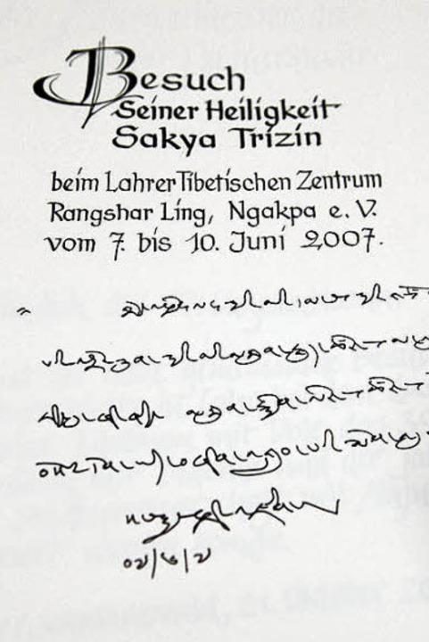 Was  seine Heiligkeit Sakya Trizin der Nachwelt hier wohl mitgeteilt hat?  | Foto: Christoph Breithaupt