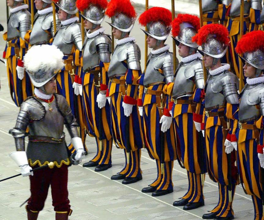 Die Schweizer Garde sorgt für die Sicherheit des Papstes.  | Foto: dpa