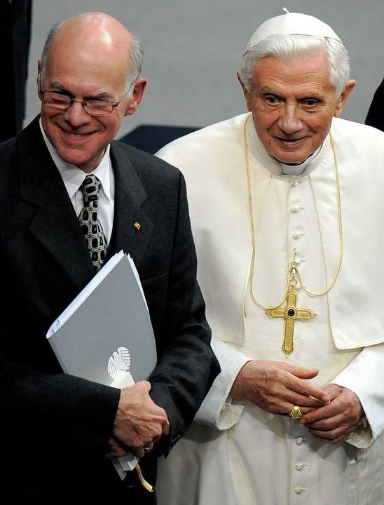 Bundestagspräsident Norbert Lammert und der Papst.    Foto: dapd