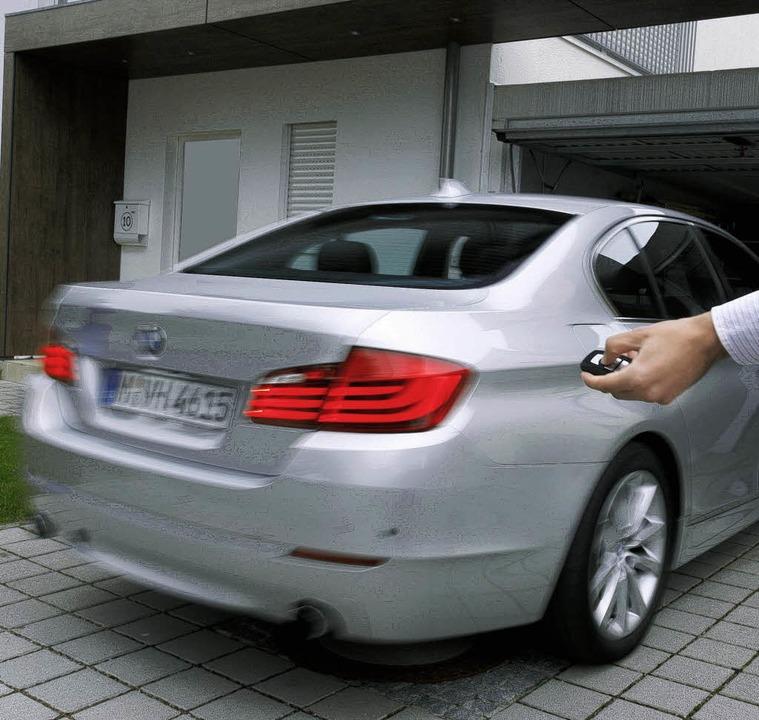 Der Autopilot manövriert den Wagen per...bstständig in die und aus der Garage.     Foto: BMw/DPA