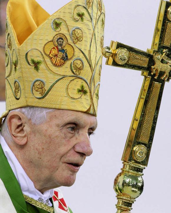 Papst Benedikt XVI. am Donnerstag bei der Messe im Berliner Olympiastadion.   | Foto: dpa