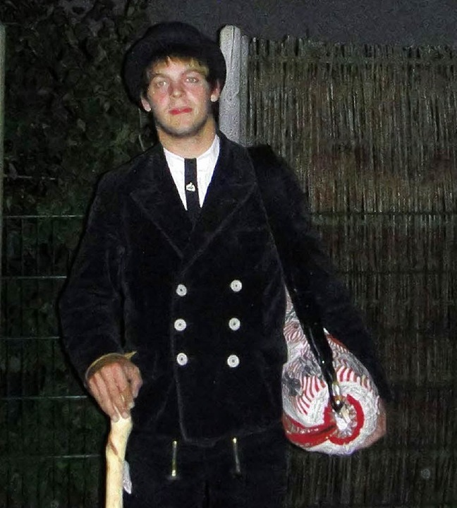 Schlaghose, Hut und den Wanderstock, d...rd Jan Westermann auf der Walz tragen   | Foto: PRIVAT