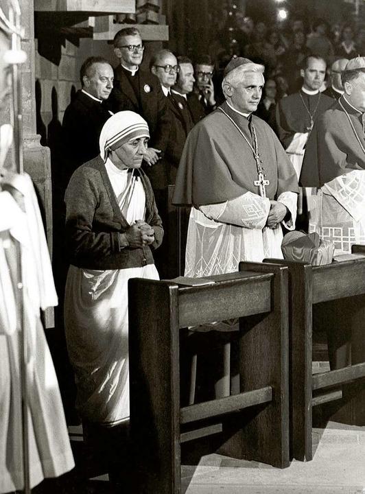 Kardinal Ratzinger mit Mutter Teresa 1978 im Freiburger Münster  | Foto: dpa