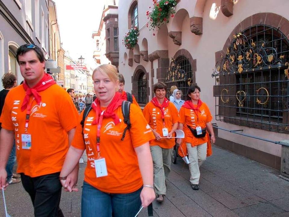 Erkennungszeichen Orange: Helferinnen und Helfer auf dem Weg zum Einsatz.  | Foto: Gina Kutkat