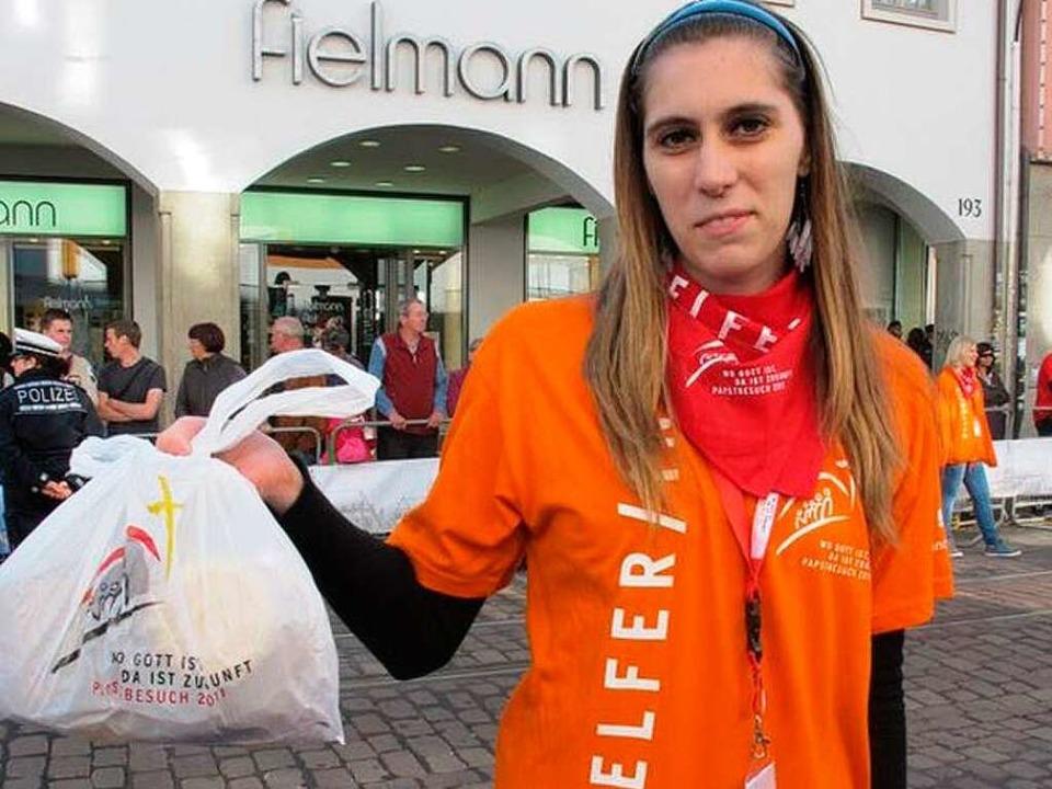Mit Lunchpaket in der Fußgängerzone: Anne Hänel.  | Foto: Gina Kutkat