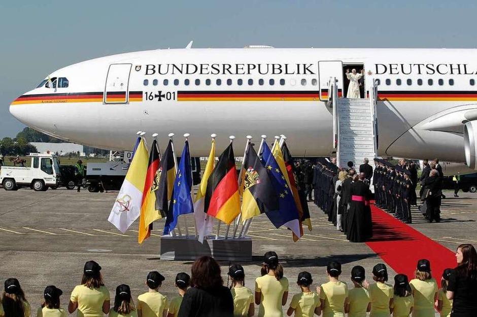 Ankunft in Lahr: Der Papst landet auf dem Flugplatz und wird von Ministerpräsident Kretschmann und anderen Ehrengästen begrüßt. (Foto: dpa)