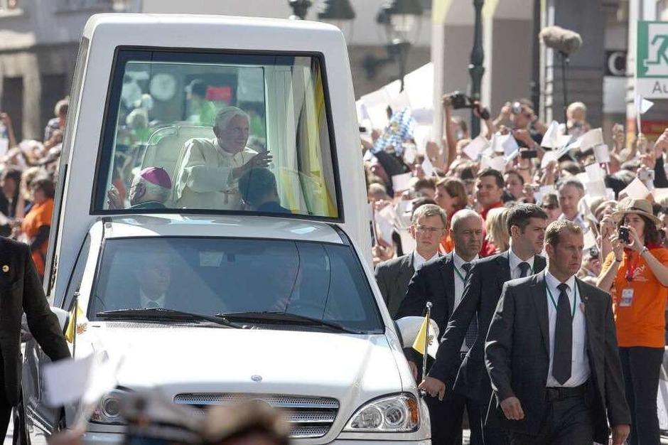 Im Papamobil fährt der Papst durch die Kaiser-Joseph-Straße. (Foto: dpa)