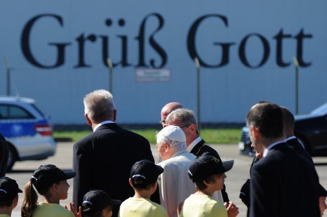 Warmer Empfang für Papst Benedikt auf dem Lahrer Flugplatz