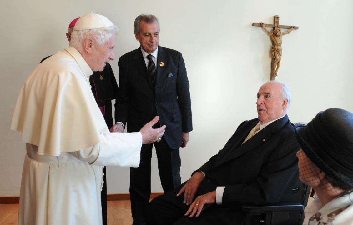 Altkanzler Kohl wird vom Papst im Rahmen bei einer Privataudienz empfangen.  | Foto: dpa
