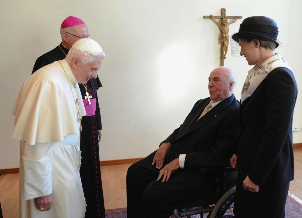 Altkanzler Kohl wird vom Papst im Rahmen bei einer Privataudienz empfangen.  | Foto: Wolfgang Radtke/Pool