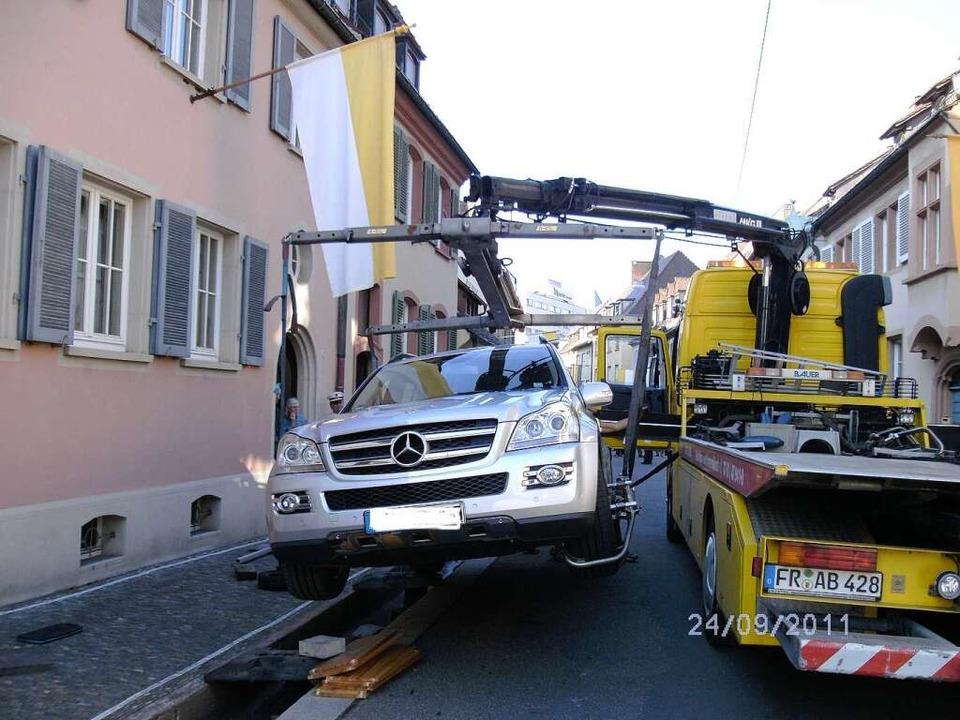 Helmut Kohls Auto ist in der  Herrenstraße ins Bächle geraten.  | Foto: Sonja Hohmann