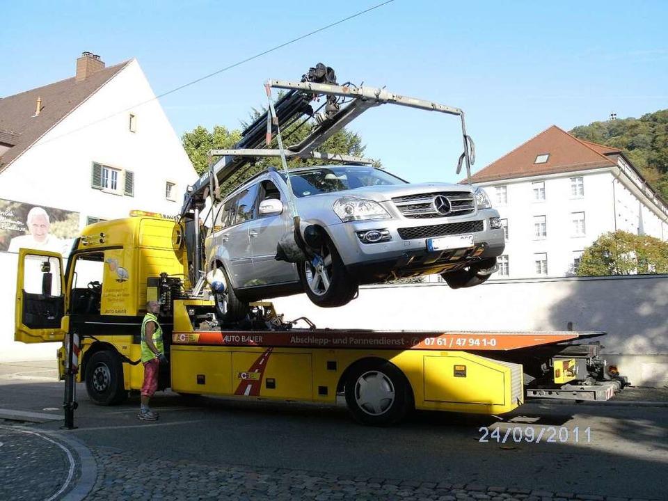 Ein Freiburger Abschleppdienst hebt das Auto auf den Abschleppwagen.  | Foto: Sonja Hohmann