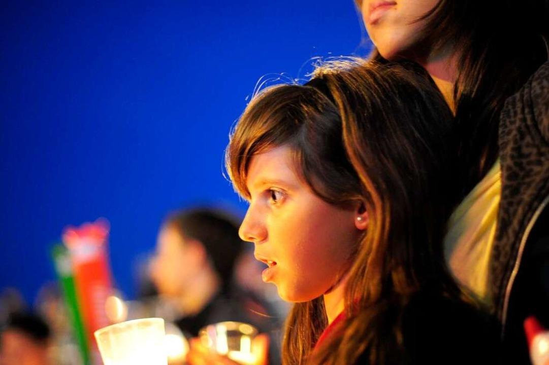 Ein Mädchen mit Kerze bei der Jugendvigil-  | Foto: AFP