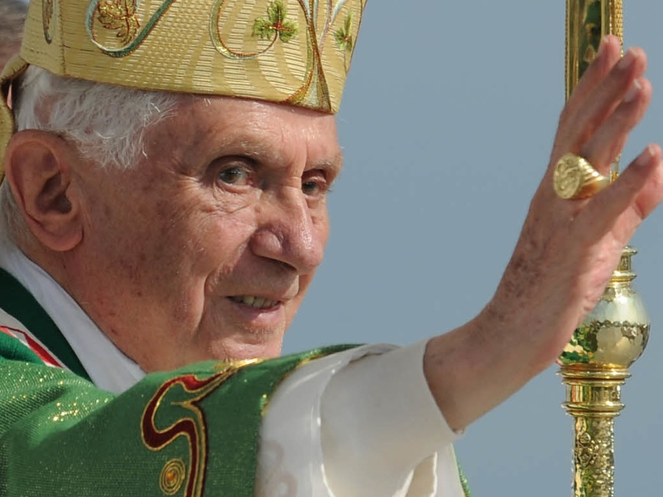 Benedikt XVI. während der Sonntagsmesse in Freiburg.  | Foto: Torsten Silz