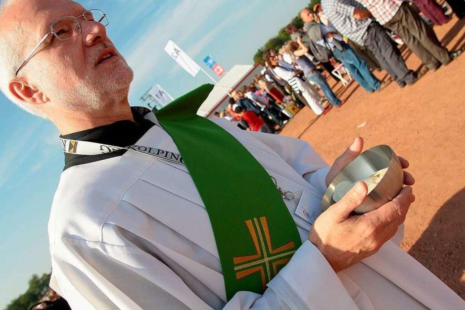 Zehntausende von Gläubigen feierten mit dem Papst auf dem Freiburger Flugplatz die Heilige Messe. (Foto: Janos Ruf)