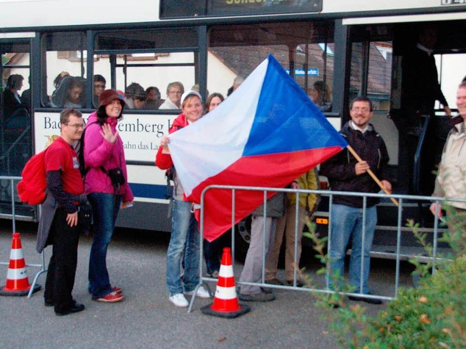 Eine Gruppe junger Tschechen freut sic... Stunden Anreise bald am Ziel zu sein.  | Foto: manfred Frietsch