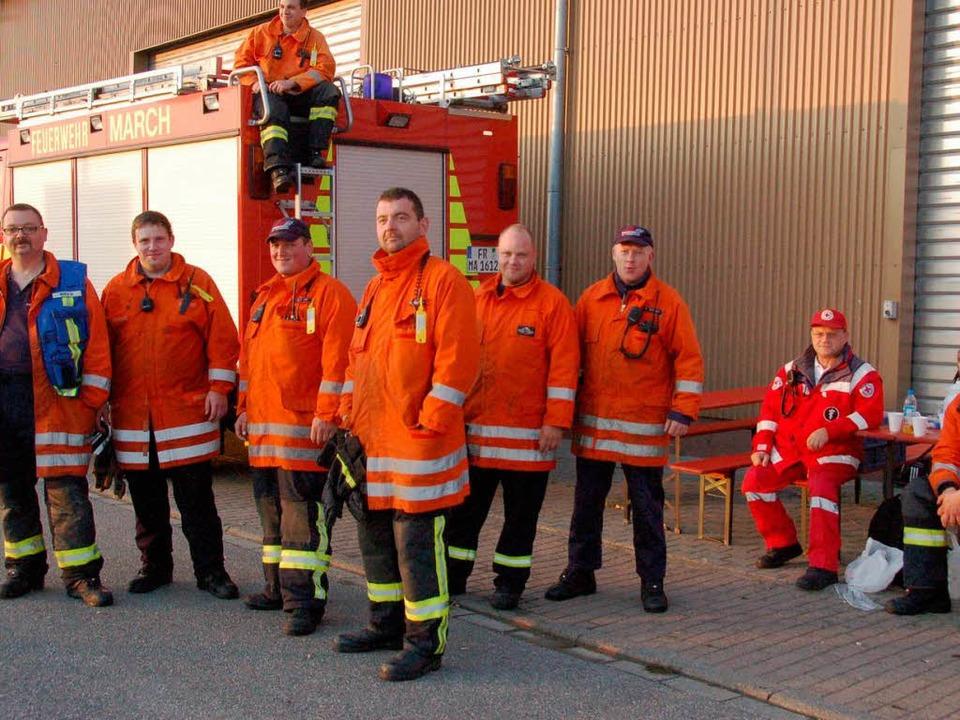 In Bereitschaft: Einsatzkräfte der Mar...Feuerwehr und vom DRK aus St. Blasien.  | Foto: manfred Frietsch