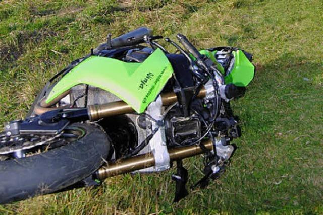 Sonne blendet Motorradfahrer und er stürzt schwer