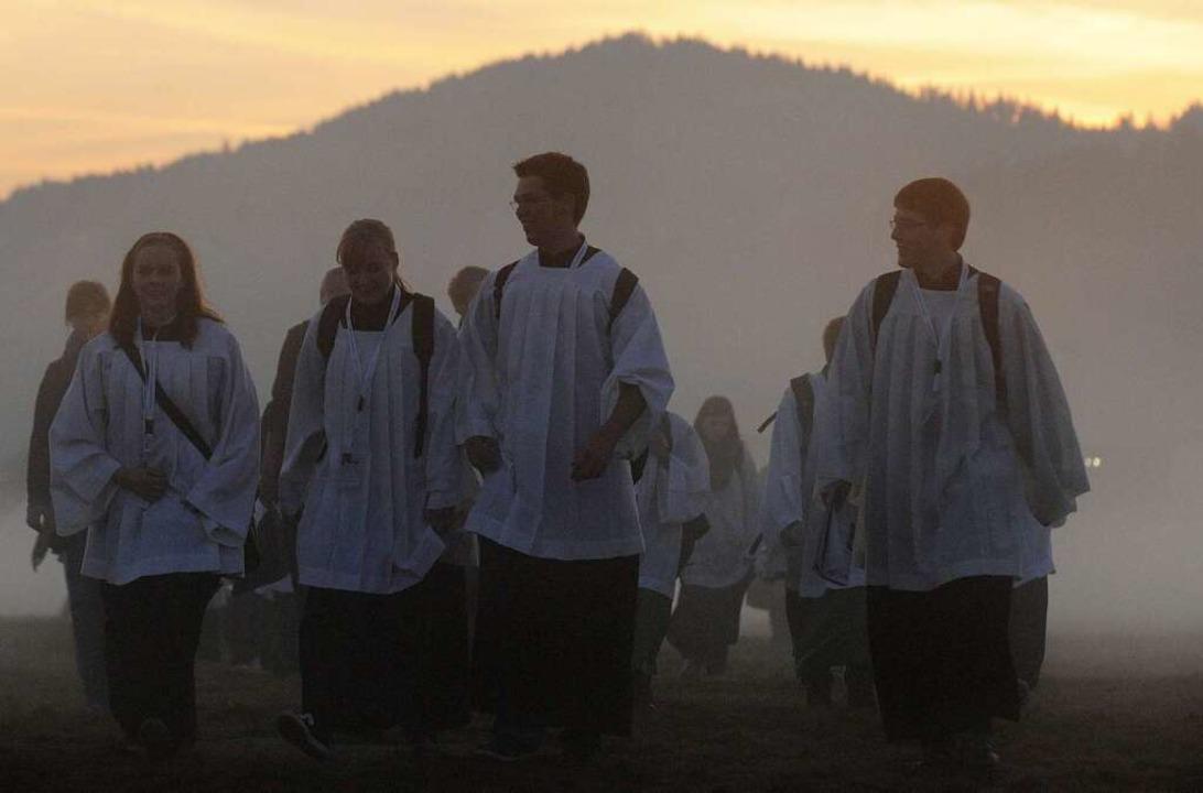 Junge Pilger auf dem Weg zur Eucharistiefeier  | Foto: dpa
