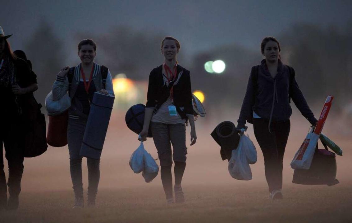 Junge Pilger auf dem Weg zur Eucharistiefeier  | Foto: AFP