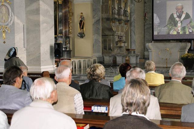 100 sahen den Papst in der Kirche auf Leinwand