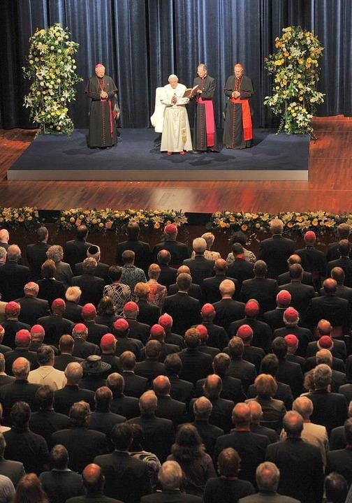 Papst Benedikt XVI. hält eine Rede im Freiburger Konzerthaus.  | Foto: dapd