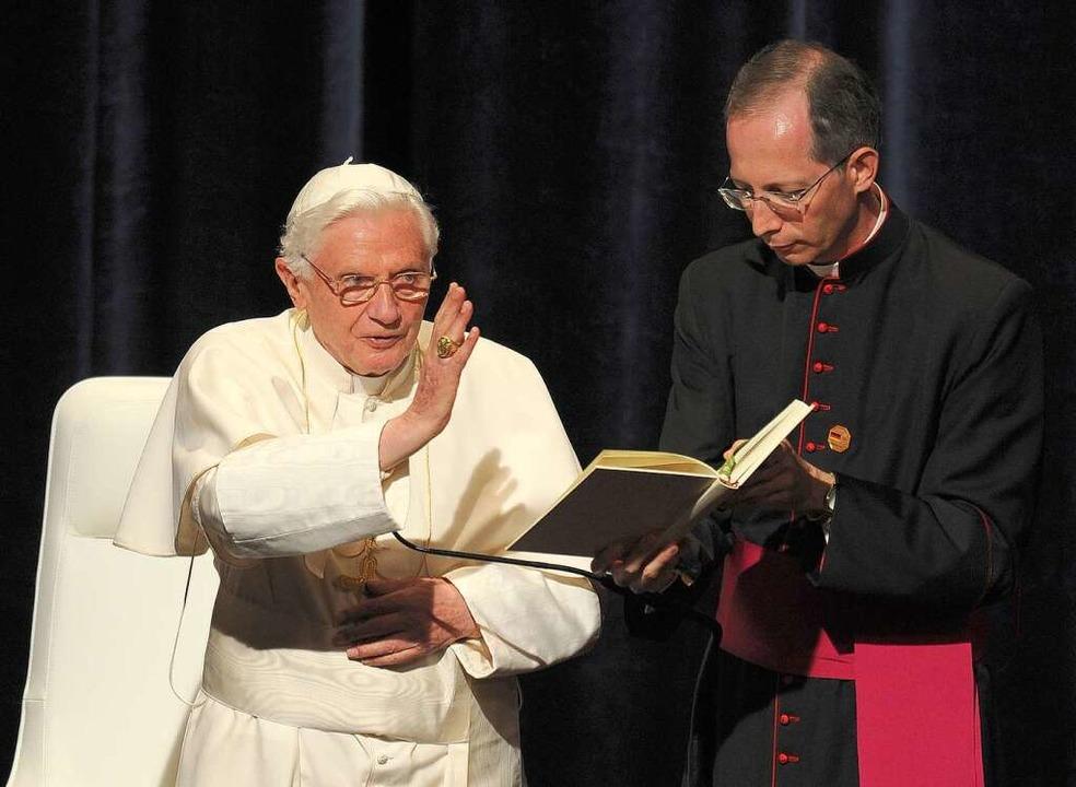 Der Papst verabschiedet sich nach seiner Rede im Konzerthaus.  | Foto: dapd
