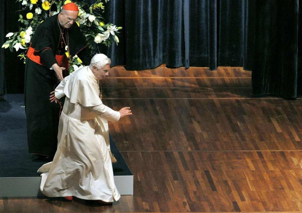 Nach seiner Rede stolpert der Papst und wäre beinahe gestürzt.  | Foto: dpa