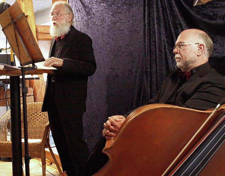 Wulf Schmidt (links) liest Gedichte, W...ng Adam beflügelt dazu den Kontrabass.  | Foto: Pfordt