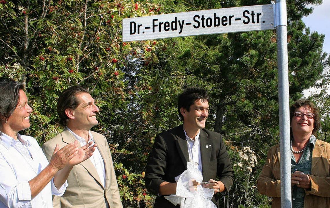In Erinnerung an einen verdienstvollen...Straßenschildes am Sonntagnachmittag.   | Foto: Dieter Maurer
