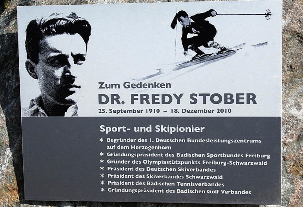 Die Gedenktafel beim Leistungszentrum ...und Sportfunktionärs Dr. Fredy Stober.  | Foto: Dieter Maurer