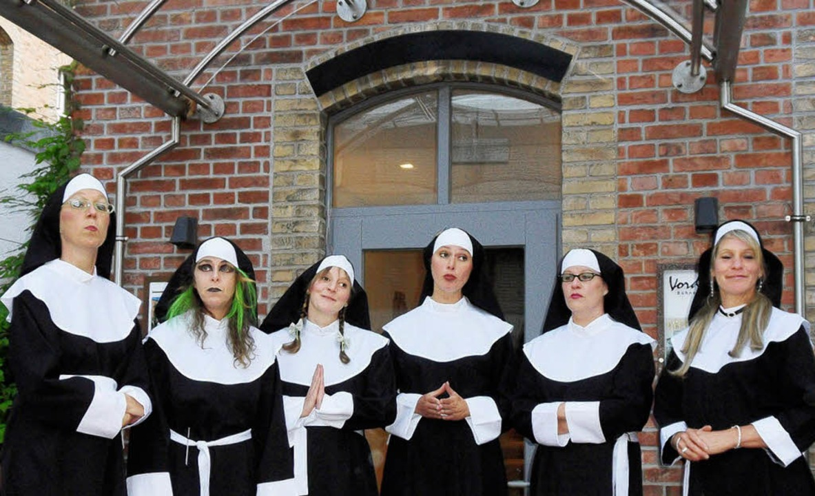 "Als Nonnen verkleidet: Die A-Capella-B...iselas"" im Hof des Vorderhauses   | Foto: promo"