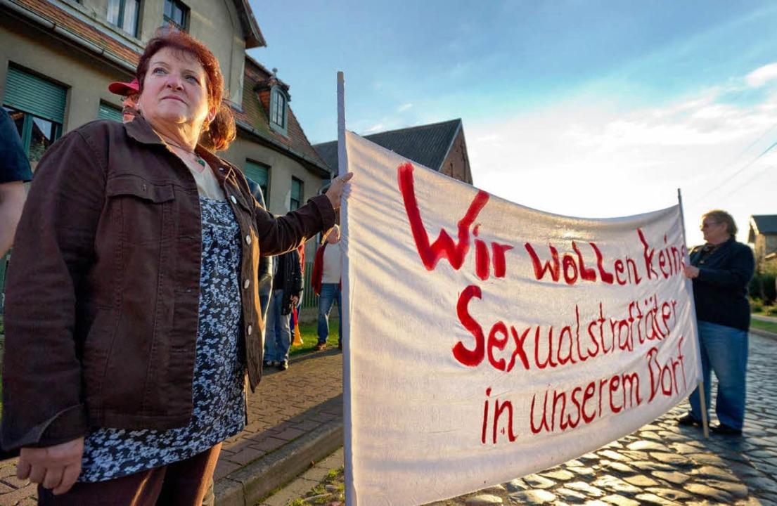 """""""Wir kommen solange hierher, bis...e Demo vor dem Haus der Ex-Häftlinge.     Foto: dapd"""