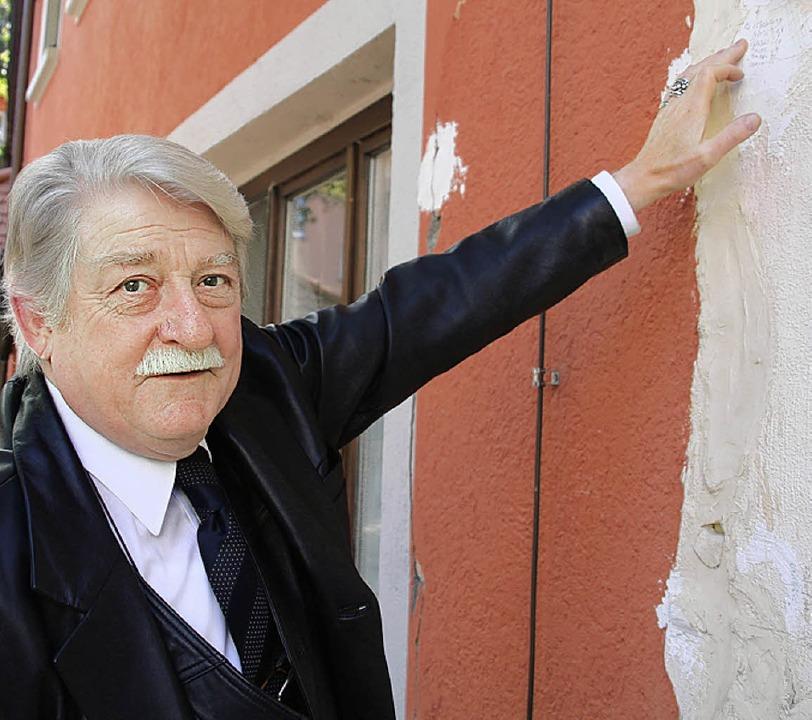 Wolfgang Trch an einem provisorisch verputzten Riss in der Fassade seines Hauses  | Foto: huber