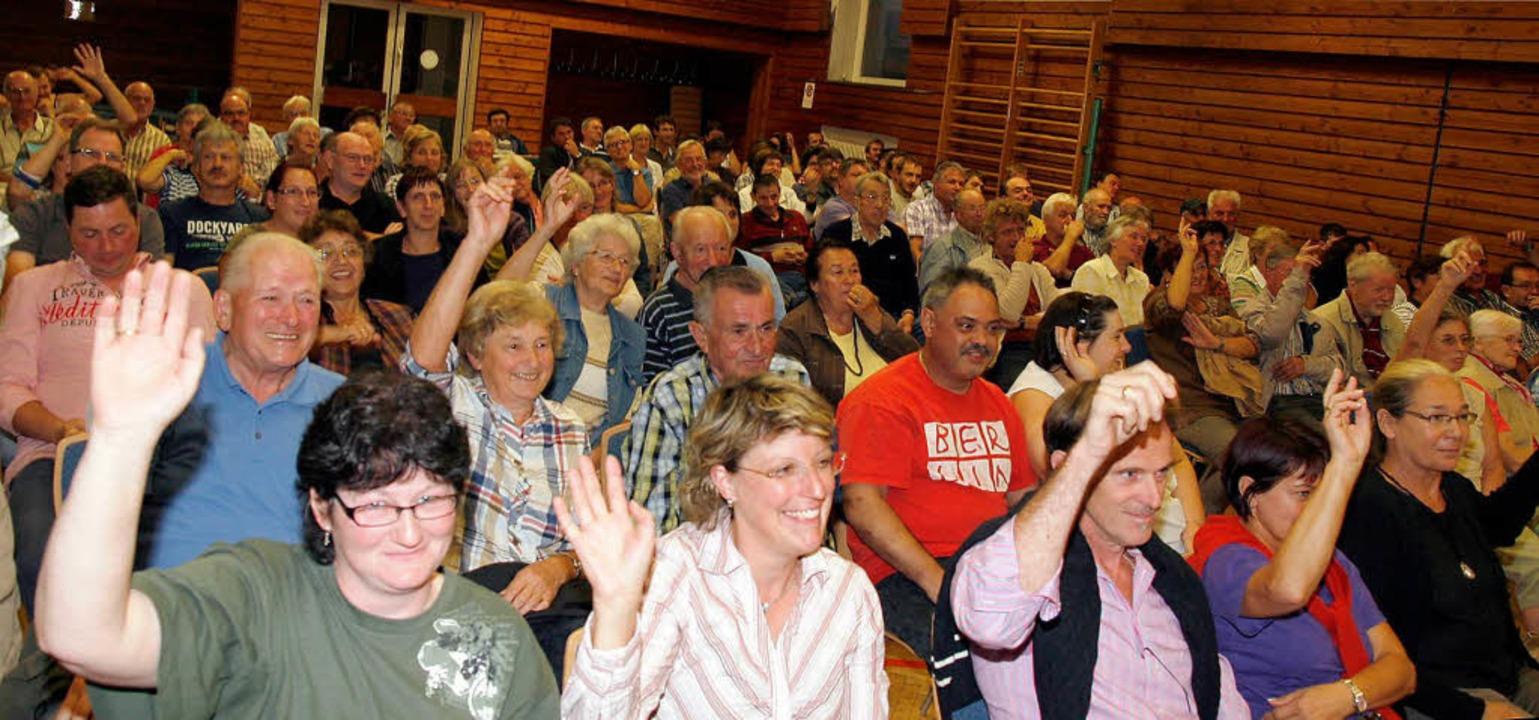 Etwa 100 Bürgerinnen und Bürger folgten der Einladung.    Foto: Heidi Foessel