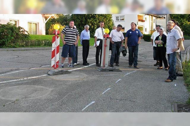 Straße bei Bamlach frisch geteert - und doch in schlechtem Zustand