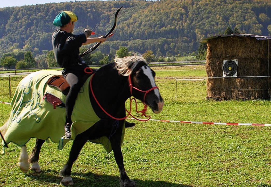 Die Rittershow war ein Höhepunkt beim ...ein Ritter einen Pfeil vom Pferd  ab.     Foto: Edgar Steinfelder
