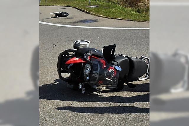 Motorrad prallt gegen Auto: 45-Jähriger schwer verletzt
